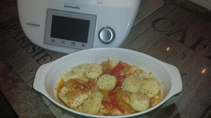 Merluza con cebollas,pimientos y papas panaderas