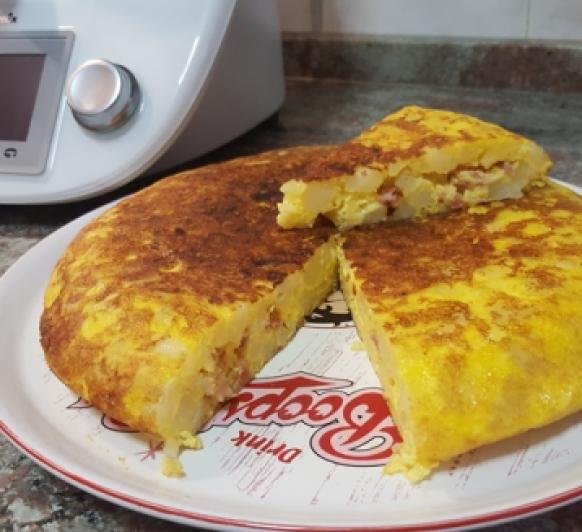 Tortilla de papas rellena de beicon y queso