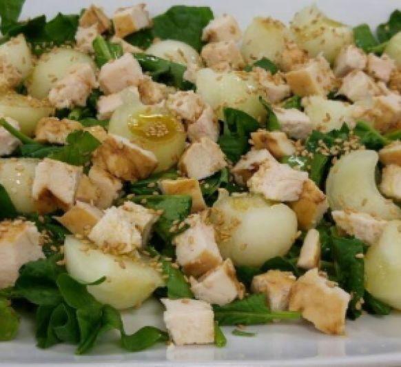 Ensalada de pollo, espinacas y melón